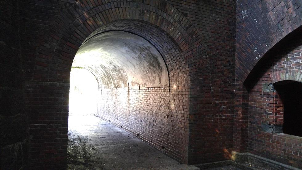 日の光差し込むレンガのトンネル