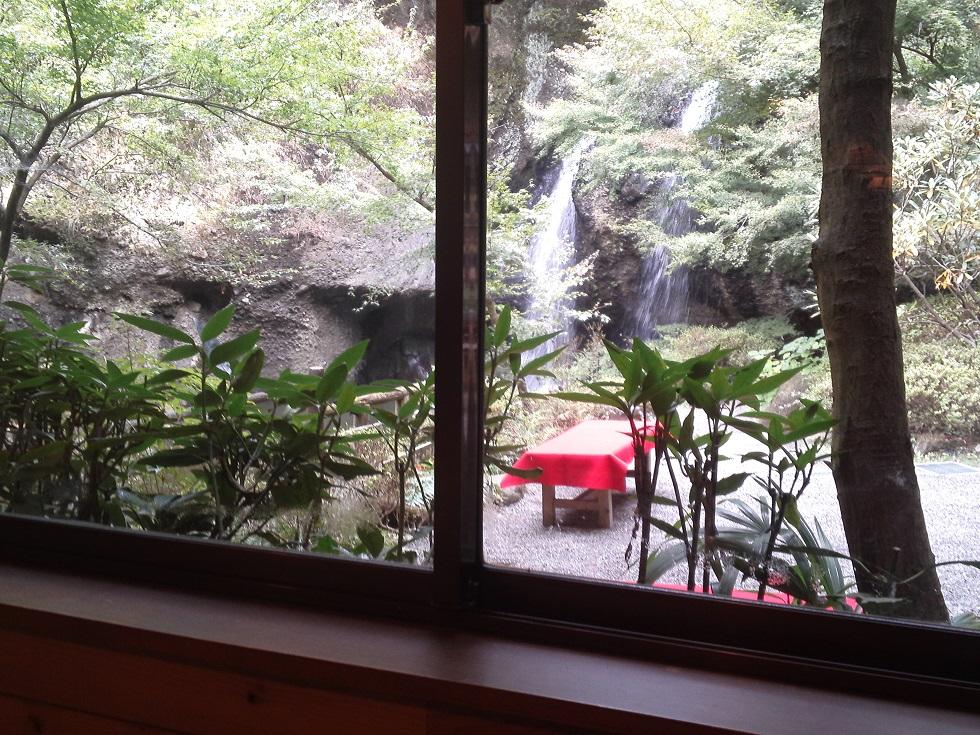 もみじ苑から眺める月待ちの滝