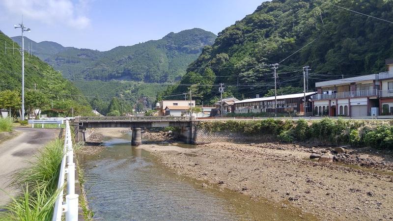 川に架かる小さな橋