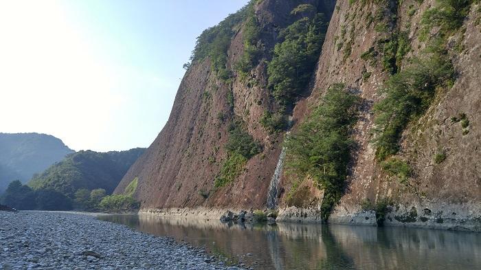 一枚岩と水面