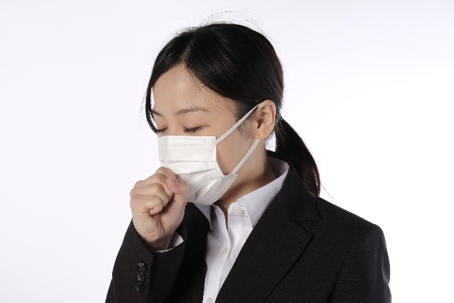 体調を崩しマスクをしている女性
