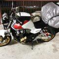 旅の荷物を積んだバイク