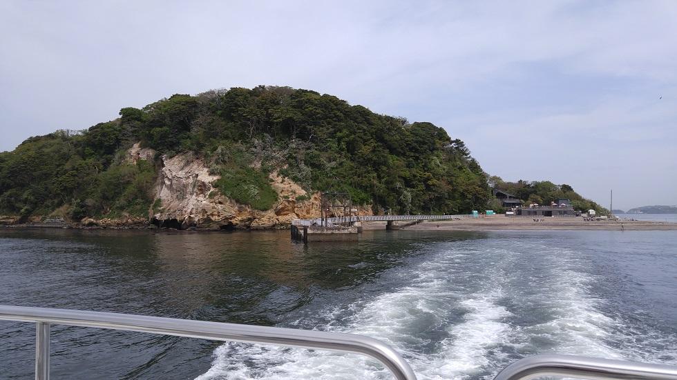 船から見送る猿島