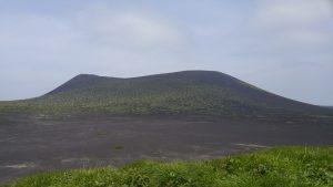 遠くにそびえる三原山