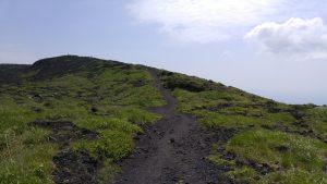 火口一周コースの道