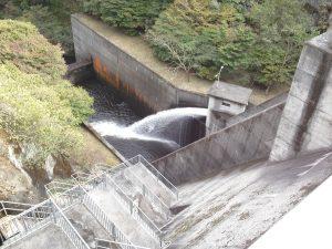 放水中の竜神ダム