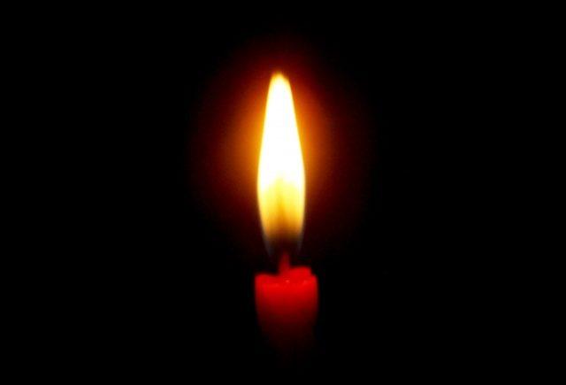 暗闇に灯るロウソク