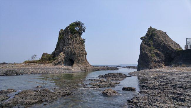 海沿いにある穴の開いた奇岩