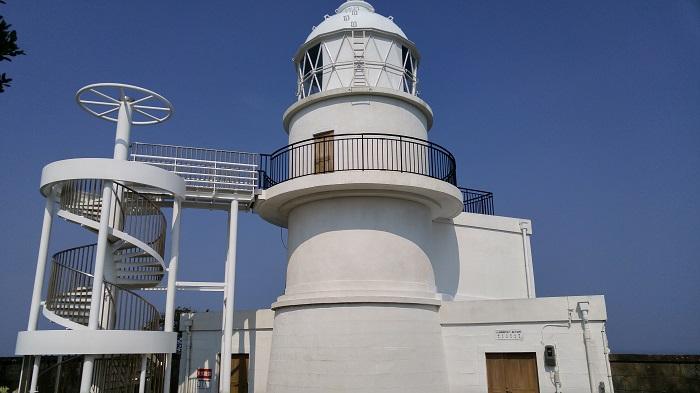 下から見上げる樫野埼灯台