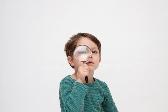 虫眼鏡で観察する男の子