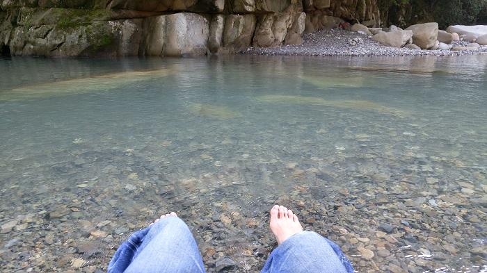 川に足を浸けて涼む