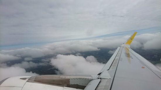雲の上を飛ぶ飛行機